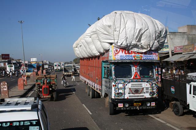 indien-strassenverkehr-lastwagen, www.trolley-tourist.de