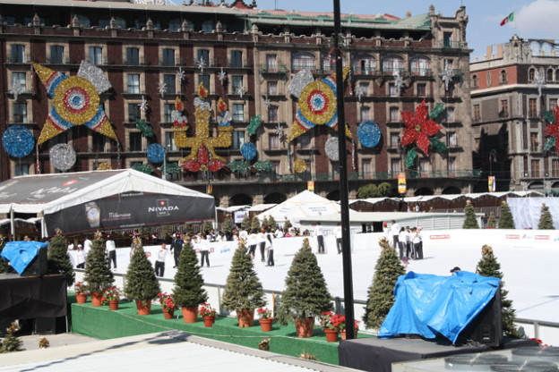 zocalo-mexico-city-trolley-tourist