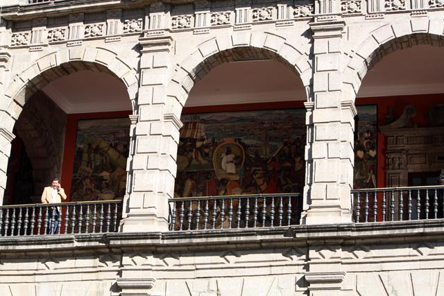 zocalo-mexico-city-national-palast-trolley-tourist