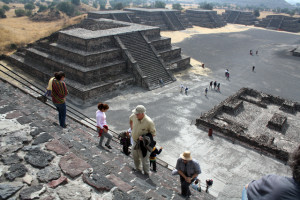 teotihuacan-stufen-trolley-tourist