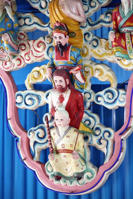 cao-dai-jesus-trolley-tourist