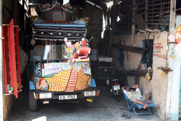 cao-dai-tempel-vietnam-trolley-tourist