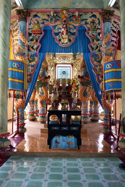 cao-dai-tempel-altar-trolley-tourist