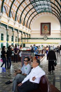 saigon-zwei-maenner-trolley-tourist