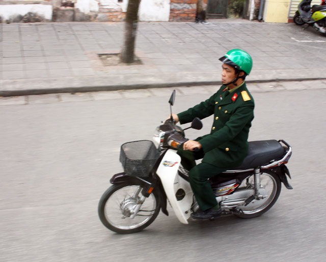 hanoi-soldat-trolley-tourist