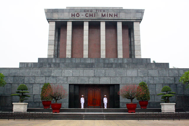 ho-chi-minh-mausoleum-trolley-tourist