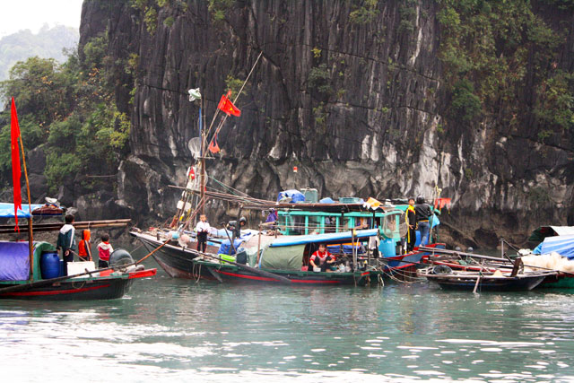 halong-bootsmenschen-trolley-tourist