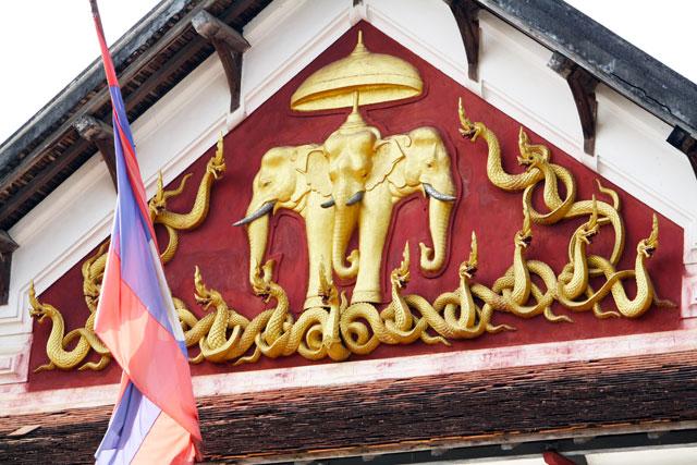 luang-prabang-nationalmuseu-trolley-tourist