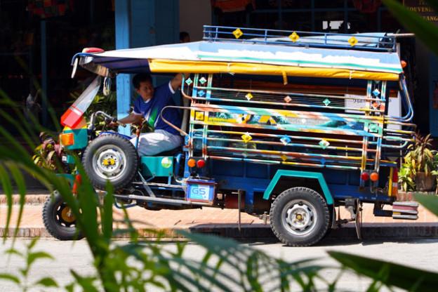 luang-prabang-strasse-trolley-tourist