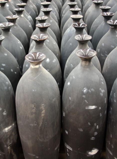 porzellanfabrik-haiphong-hanoi-schwarze-vasen-trolley-tourist