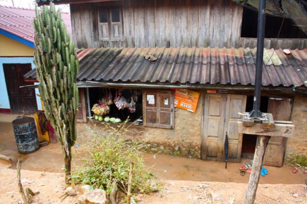 laos-dorf-trolley-tourist