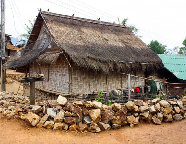 laos-dorf-huette-trolley-tourist