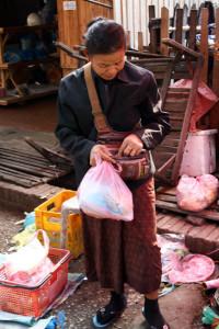 luang-prabang-markt-kundin-trolley-tourist