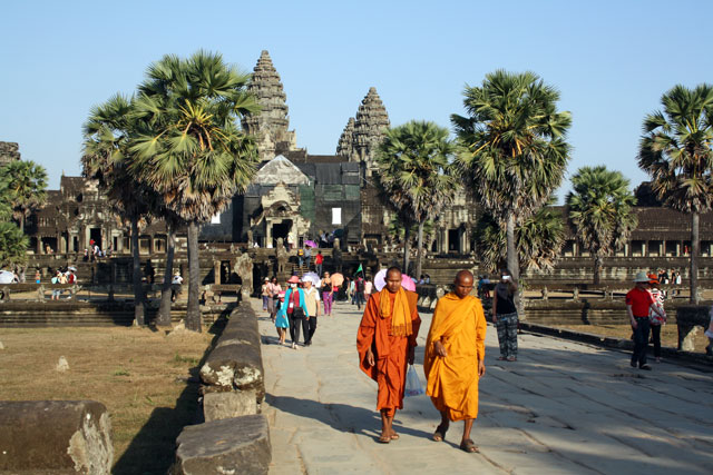 angkor-wat-moenche-trolley-tourist