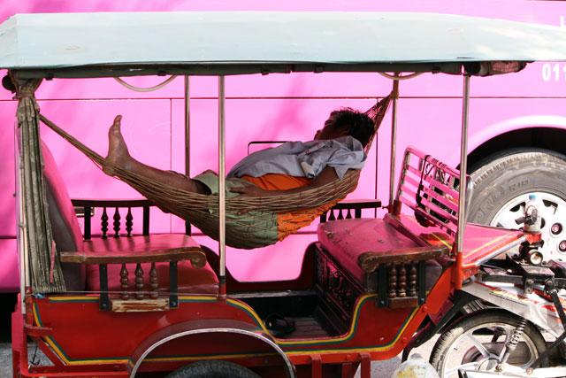 rikschafahrer-schlafend-trolley-tourist