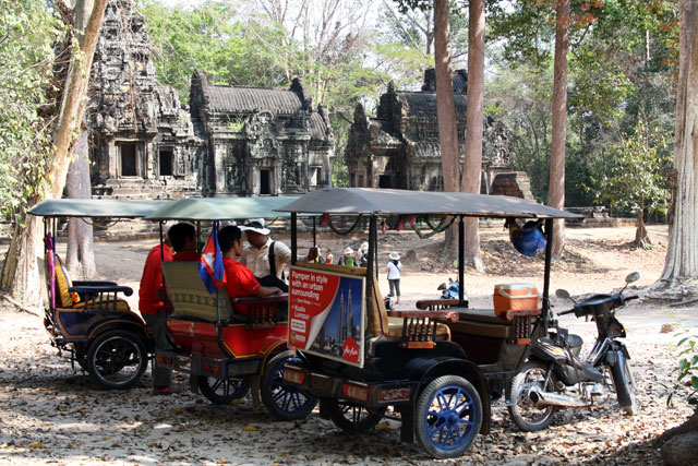 ta-keo-taxis-angkor-trolley-tourist