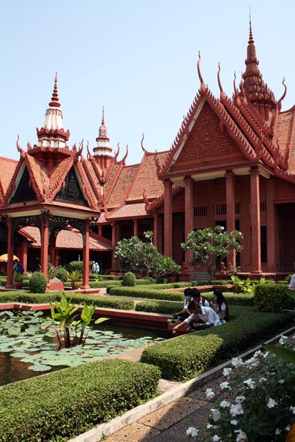 pnom-penh-kambodschanisches-nationalmuseum-trolley-tourist