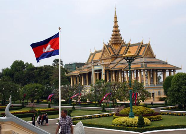 pnom-penh-koenigspalas-trolley-tourist