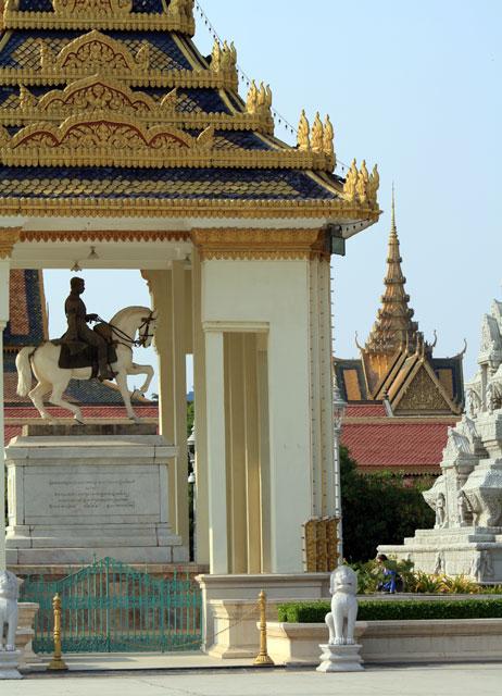 pnom-penh-silberpagode-reiter-trolley-tourist
