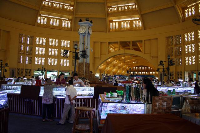 pnom-markthalle-trolley-tourist