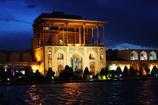 isfahan-abends-auf-dem-koenigsplatz-trolley-tourist