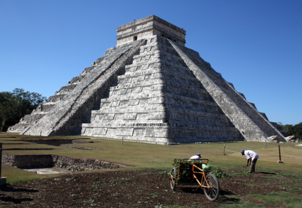 chichen-itza-trolley-tourist
