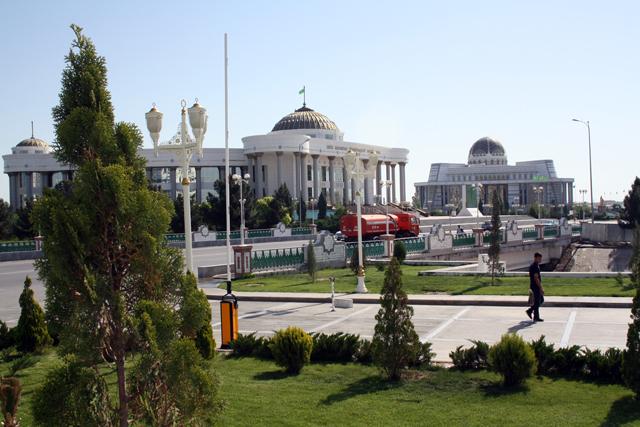 turkmenistan-strasse-trolley-tourist