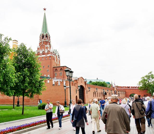 kreml-mauer-trolley-tourist