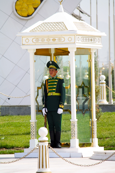 denkmaeler-in-aschgabat-trolley-tourist