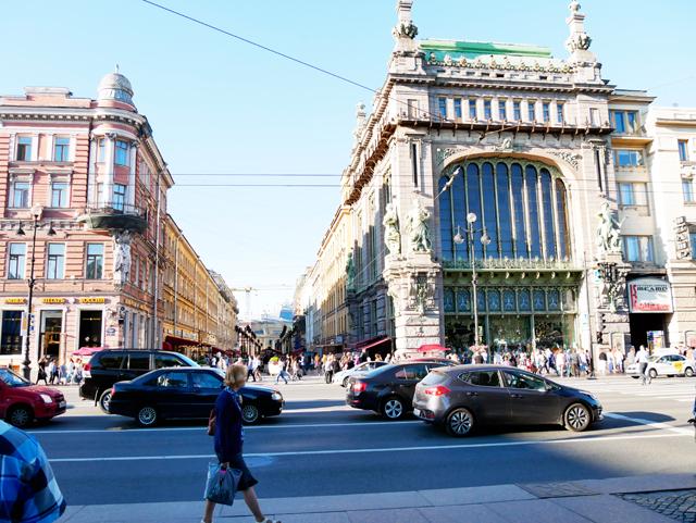 nevski-prospekt-trolley-tourist
