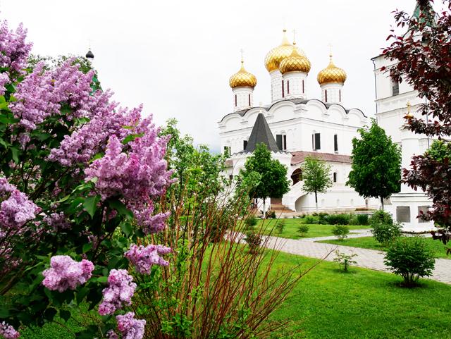 kostroma-ipatios-kloster-trolley-tourist